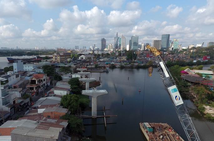 Đoạn metro từ cầu Sài Gòn đến khu vực ga Ba Son đã hoàn thiện xong hàng cột, chưa lắp đặt các dầm cầu, nhịp cầu.