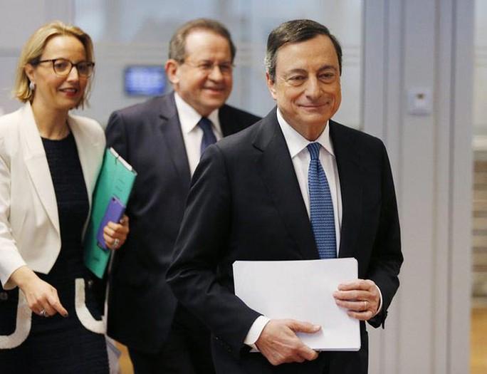 Chủ tịch ECB Mario Draghi (phải) chuẩn bị họp báo hôm 10-3 Ảnh: AP