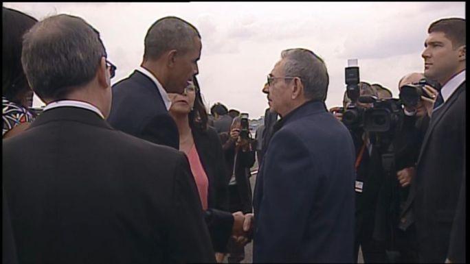 Chủ tịch Raul Castro (phải) ra tận sân bay để tiễn Tổng thống Mỹ Barack Obama (trái). Ảnh: ABC News
