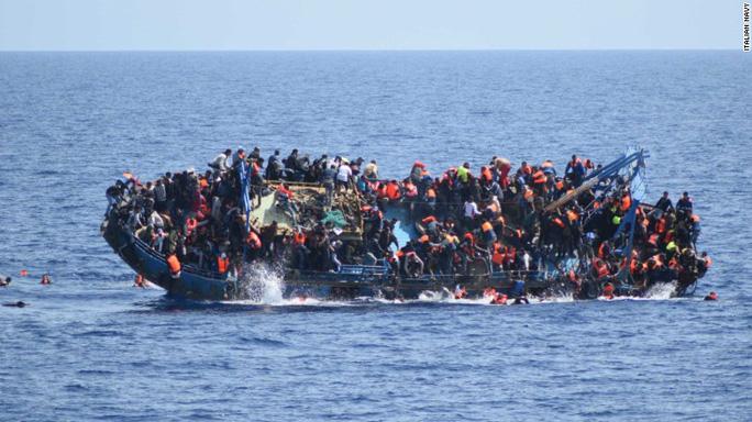 Con tàu chở đầy người tị nạn nghiêng hẳn về 1 bên...