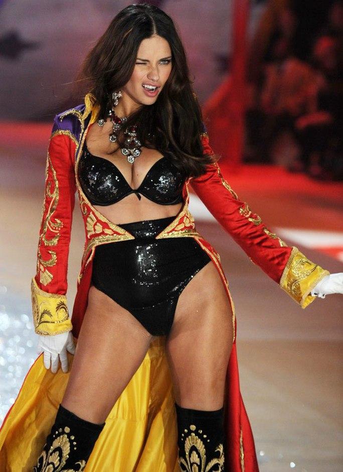Andiana Lima trên sàn diễn thời trang đồ lót năm 2000 và nổi tiếng kể từ đây