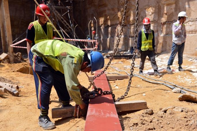 Những người công nhân đang tất bật làm việc để công trình metro số 1 có thể hoàn thành đúng tiến độ. Công trình dự kiến hoàn thành, đưa vào thử nghiệm năm 2019 và vận hành chính thức vào năm 2020.