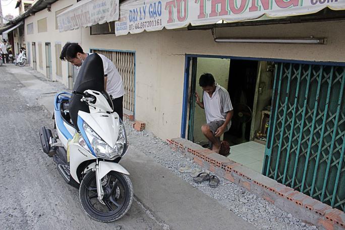 Xe máy cũng không thể đưa vào nhà mà phải đem đi gửi