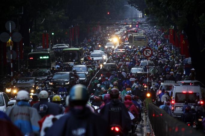 Chiều tối 30-8, cơn mưa lớn đổ xuống như trút nước khiến giao thông nhiều khu vực trung tâm thành phố tê liệt hoàn toàn, hàng ngàn phương tiện di chuyển dưới cơn mưa.