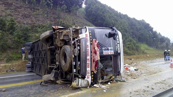8 hành khách trên xe bị thương trong vụ tai nạn nghiêm trọng