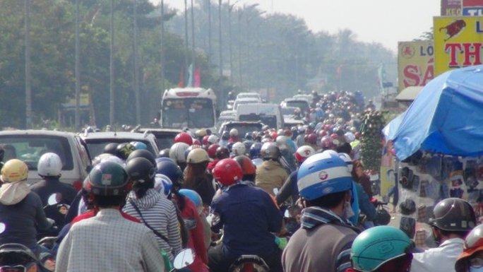 Nhiều đoạn quốc lộ 60, tỉnh Bến Tre cũng bị kẹt xe nghiêm trọng trong buổi sáng mùng 2 tết.
