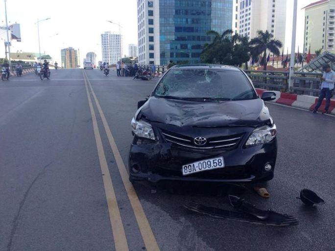Chiếc ô tô phóng nhanh lấn làn gây tai nạn