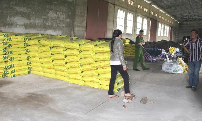 Gần 20 tấn phân đấu trộn trái phép bị bắt quả tang tại kho ông Nhân.