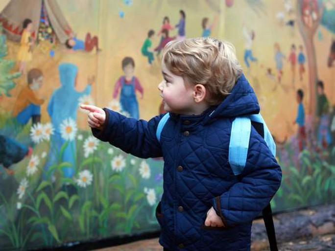 Cậu bé chỉ tay vào bức tranh tường, tỏ ý phấn khích vì những gì chứng kiến trước mắt. Ảnh: Sky News