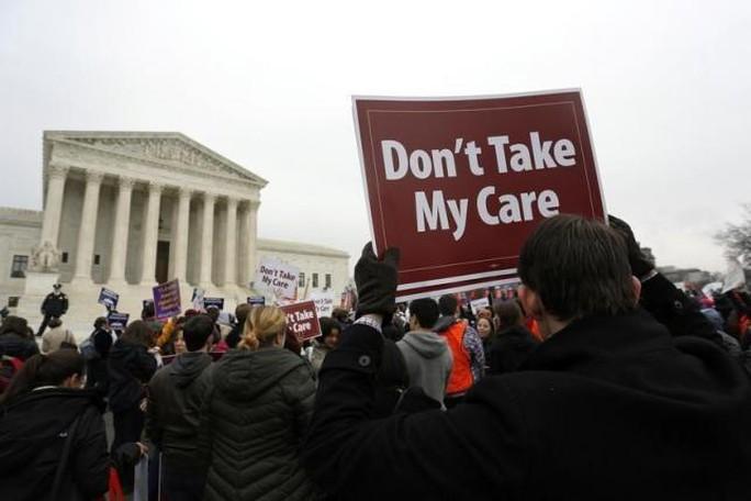 Những người biểu tình ủng hộ Obamacare tập trung trước cửa Tòa án Tối cao ở Washington tháng 3-2015. Ảnh: Reuters