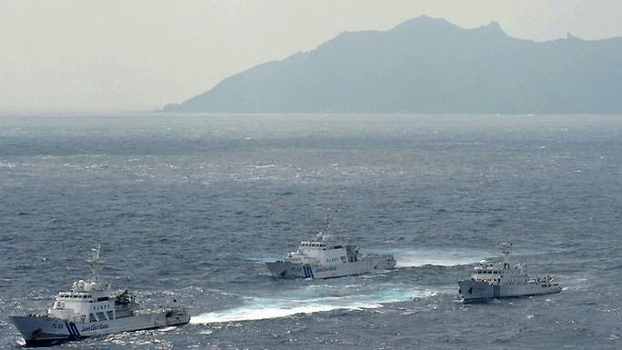 Tàu Cảnh sát biển Nhật Bản chặn tàu hải quân Trung Quốc Haijian 66 (bên phải) gần quần đảo Senkaku trên biển Hoa Đông. Ảnh: AP