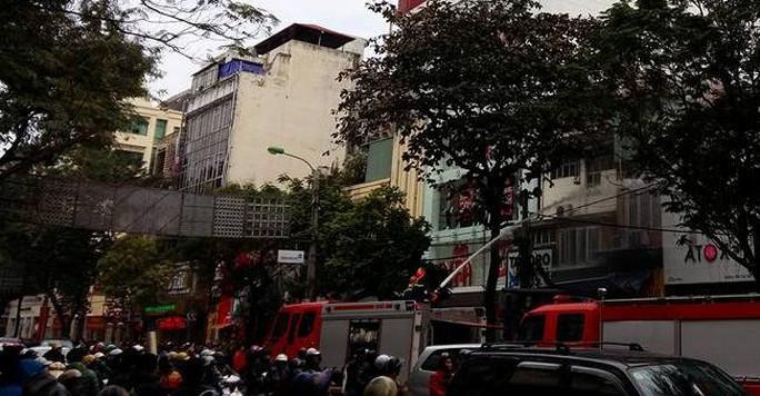 Lực lượng chữa cháy tiến hành dập lửa. Rất nhiều người đứng xem vụ cháy xảy ra trên con phố ở trung tâm Hà Nội gây ra cảnh ùn tắc cục bộ