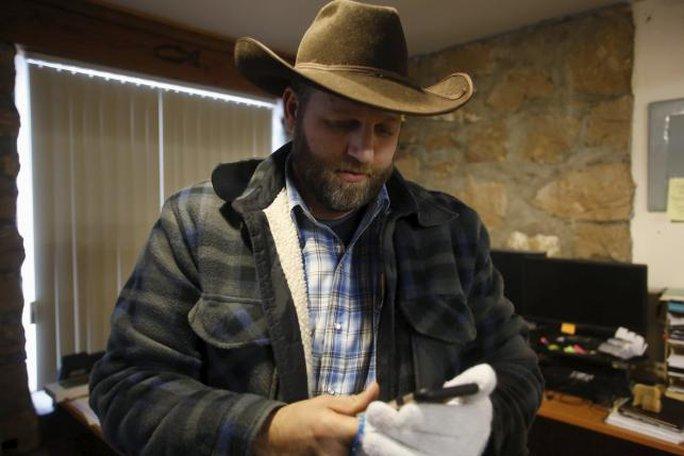 Ông Ammon Bundy đứng tại văn phòng hôm 9-1. Ảnh: Reuters
