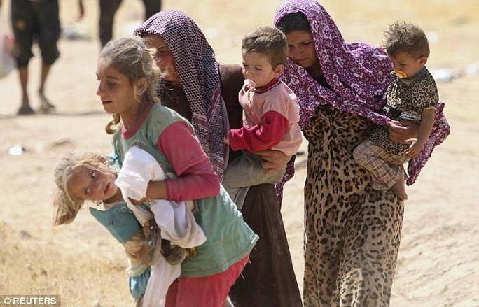 Hàng trăm phụ nữ và trẻ em gái Yazidi may mắn trốn thoát khỏi tay IS. Ảnh: Reuters