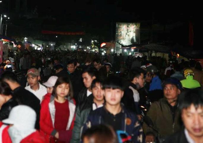 Năm nay lượng người đổ về chợ Viềng không đông như năm trước nên cảnh chen lấn, xô đẩy đã không còn