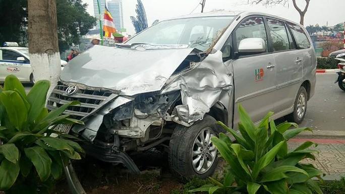 Chiếc xe Toyota nát đầu sau vụ tai nạn