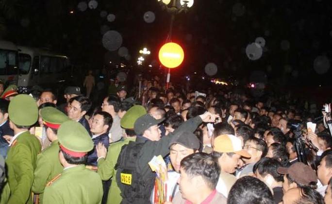 Lực lượng an ninh dày đặc, mướt mồ hôi giữ trật tự tại Lễ hội đền Trần năm 2015