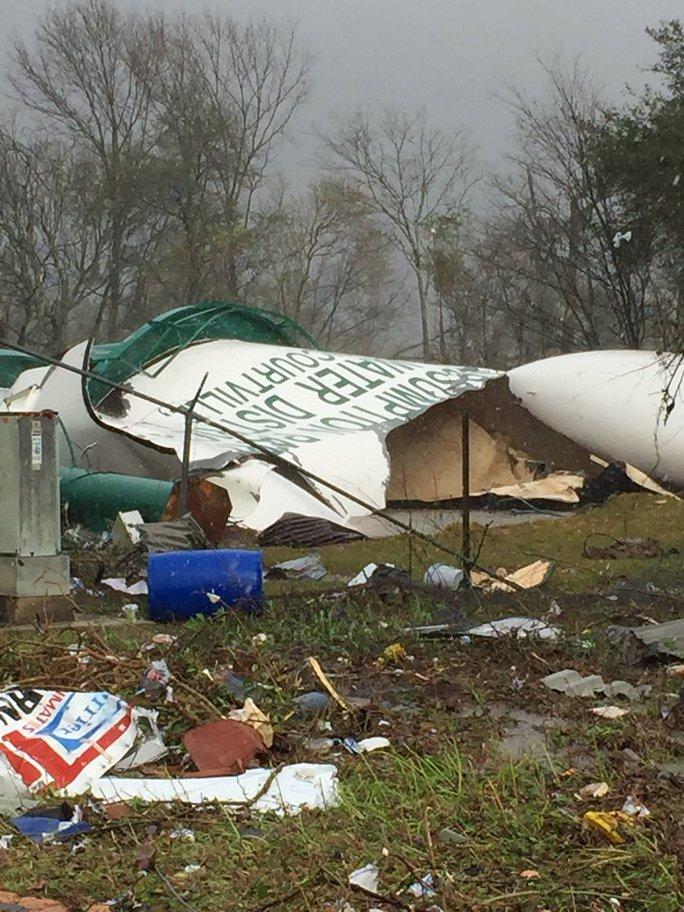 Lốc xoáy phá hủy nhiều cây cối, nhà cửa ở miền Nam nước Mỹ. Ảnh: CNN