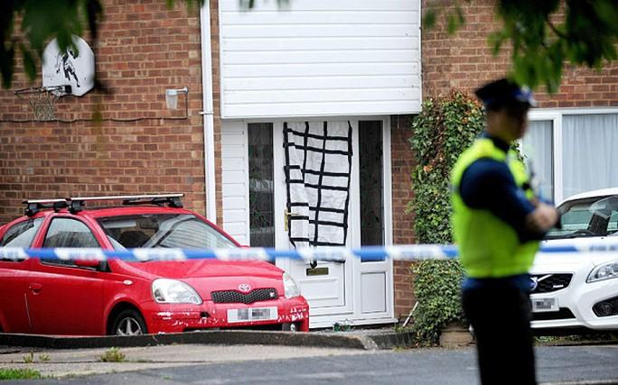 Cảnh sát khám xét nhà của cặp vợ chồng ở thị trấn St Neots. Ảnh: SWNS