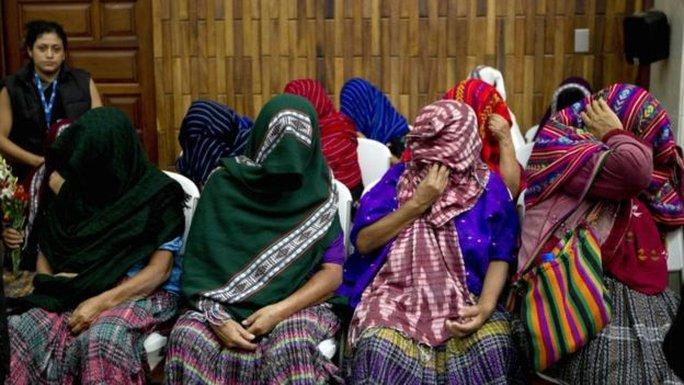 Những nạn nhân đòi công lý trong phiên tòa ngày 26-2. Ảnh: AP