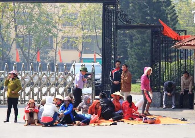Người dân trải chiếu, bạt ngôi lì trước cổng UBND tỉnh Thanh Hóa