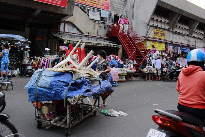 Mỗi chiều về, tiểu thương lại tấp nập kéo về buôn bán nhiều hơn nữa khiến phần lớn con đường bị biến thành chợ