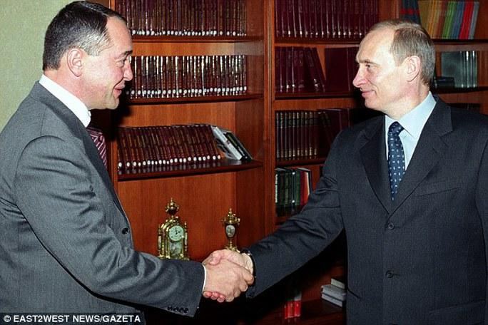 Tổng thống Putin (phải) bắt tay trợ lý thân cận Lesin, người sáng lập đài Russia Today (RT). Ảnh: Gazeta