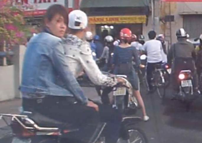 Toàn cảnh vụ việc và chân dung hai tên cướp bị một camera hành trình của người đi đường ghi lại.