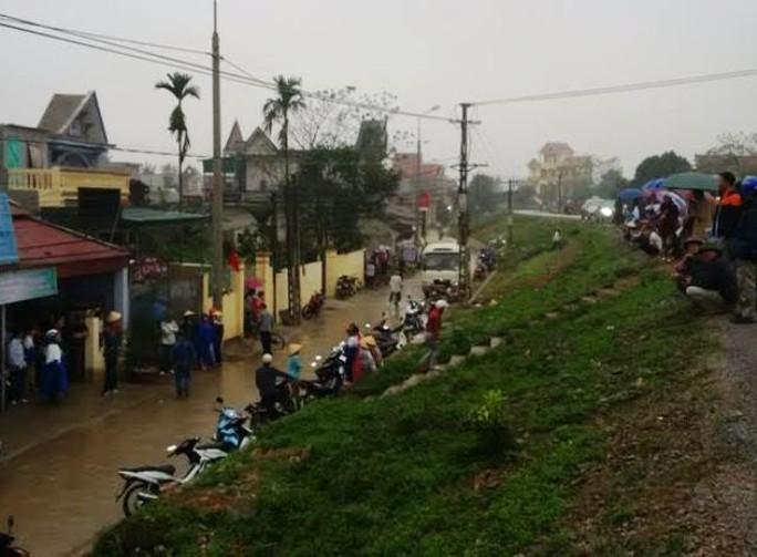 Rất đông người dân chứng kiến lực lượng công an bắt nhóm đánh bạc tại quán cà phê Phố Xa ở Thanh Hóa