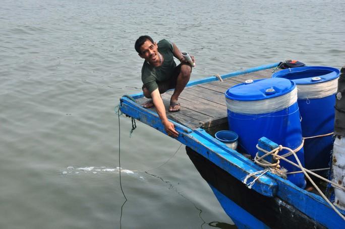 Thuyền trưởng Phạm Nguyên chỉ vết nứt do tàu Trung Quốc va vào. Ảnh: T.Trực