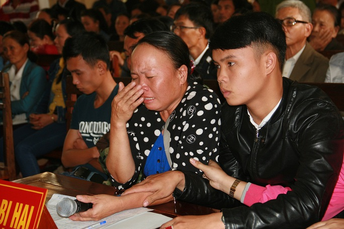 Người nhà nạn nhân khóc tức tưởi khi nghe đại diện viện kiểm sát nhắc đến hành vi phạm tội dã man của Phúc đối với chị Tuyết