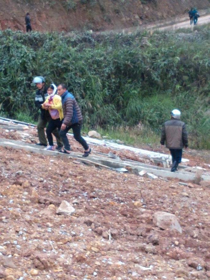 Người dân đưa người bị thương đi cấp cứu - Ảnh: facebook