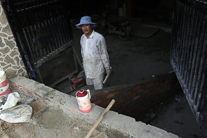 Nhiều gia đình không còn đủ tiền để nâng nền, nâng nhà thêm một lần nữa nên đành xây lối để lên xuống căn hầm.