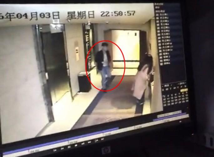 Người phụ nữ bị tấn công ở hành lang khách sạn Yitel. Ảnh: Shanghaiist