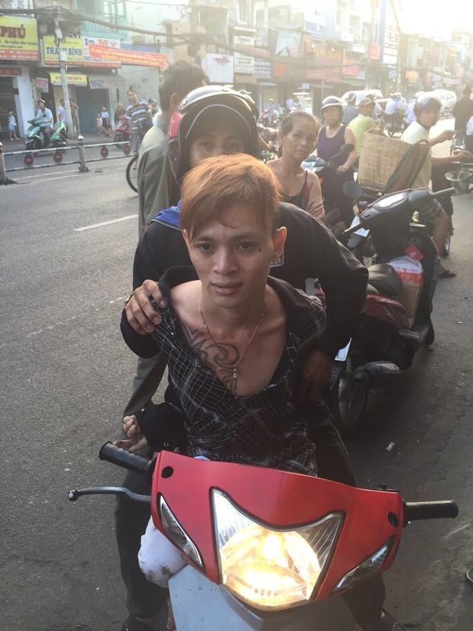 """Mai Thanh Phước dù cố gắng bỏ chạy song vẫn bị """"hiệp sĩ"""" Đỗ Công Tường bắt."""