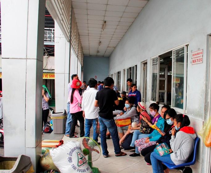 Tương tự, tại Bến xe Miền Tây (quận Bình Tân), lượng khách cũng bắt đầu tăng cao từ chiều tối 15-4, tập trung ở các tuyến từ TP HCM đi Tiền Giang, Bến Tre, Trà Vinh, Cần Thơ…