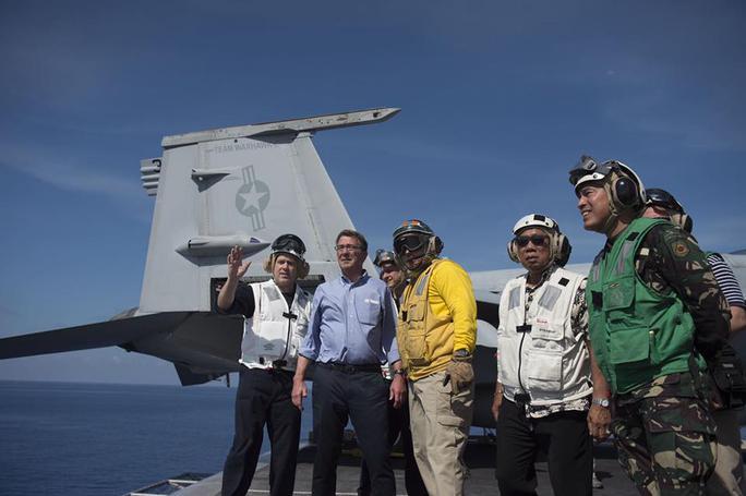 Ông Carter (thứ hai bên trái) và ông Gazmin (thứ hai bên phải) trên tàu USS John C. Stennis. Ảnh: Inquirer