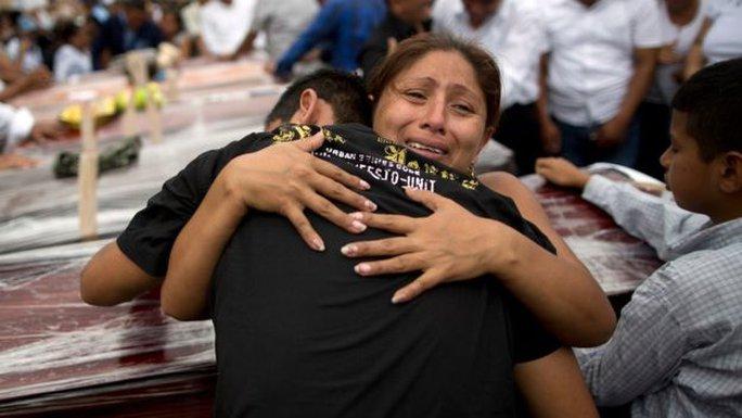 Tổ chức tang lễ cho nạn nhân ở Portoviejo hôm 18-4. Ảnh: AP