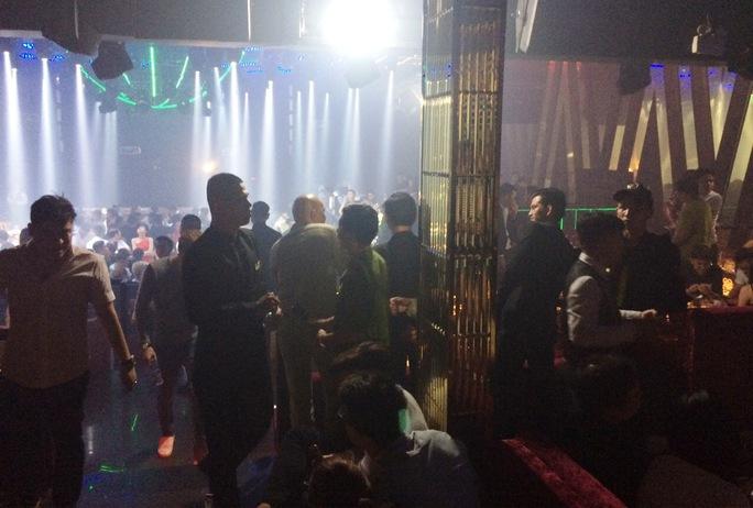 Hàng trăm dân chơi tại quán bar 212 Club rạng sáng 30-4