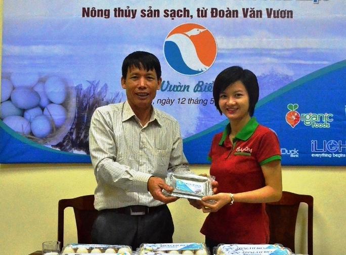 Ông Đoàn Văn Vươn ký hợp đồng phân phối sản phẩm với khách hàng