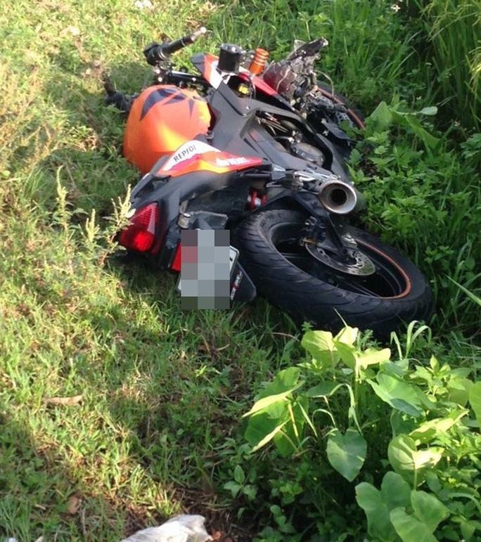 Gần thi thể nam thanh niên là chiếc xe phân khối lớn nhãn hiệu Ducati- ảnh: Facebook