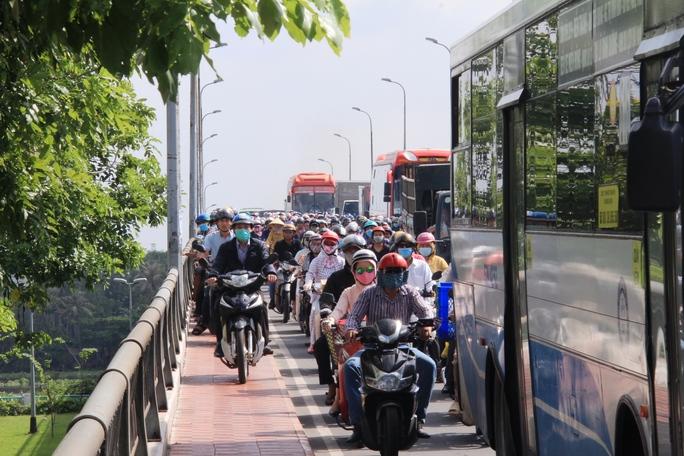Hàng trăm xe máy nối đuôi nhau leo 2 bên hành lang cầu Bình Triệu 2 để di chuyển