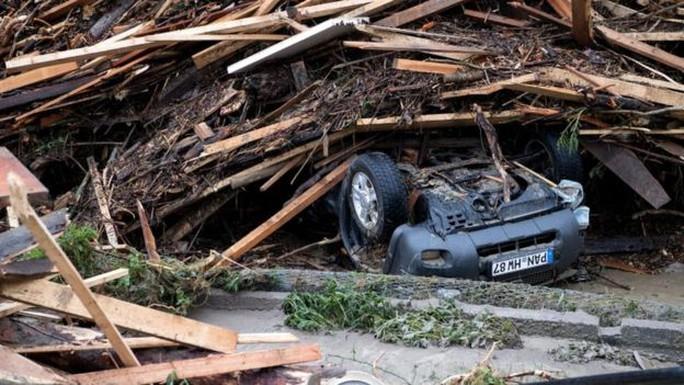 Xe cộ bị lật ở Simbach, bang Bavaria - Đức. Ảnh: EPA