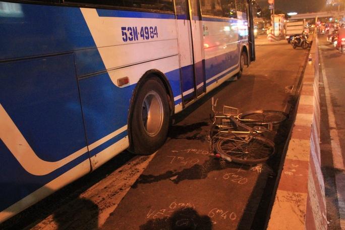 Chiếc xe đạp của nạn nhân văng sát dải phân cách