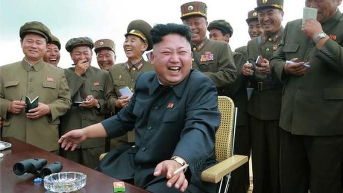Ông Kim hút thuốc năm 2015. Ảnh: KCNA