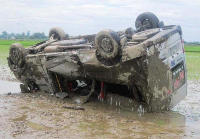 Chiếc ô tô 16 chỗ sau khi tông xe máy đã lộn nhiều vòng rồi nằm phơi bụng dưới ruộng