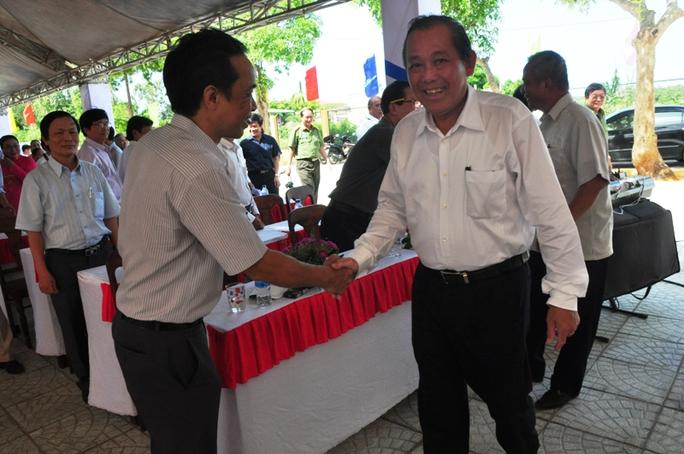 Phó thủ tướng Trương Hòa Bình bắt tay thân mật các đại biểu dự lễ