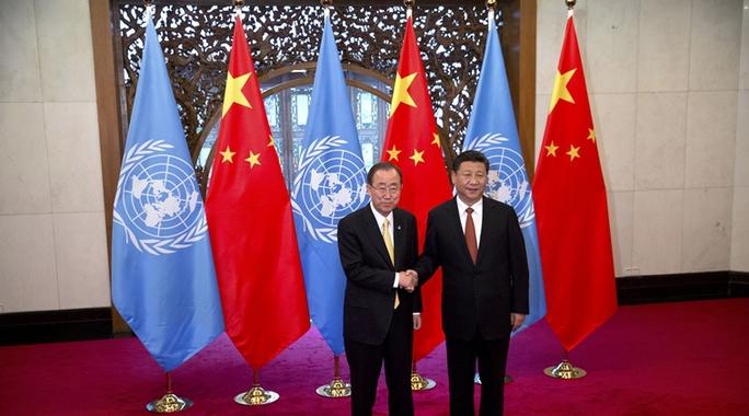 Tổng thư ký LHQ Ban Ki-moon (trái) bắt tay Chủ tịch Trung Quốc Tập Cận Bình trong chuyến thăm Bắc Kinh hôm 7-7. Ảnh: AP