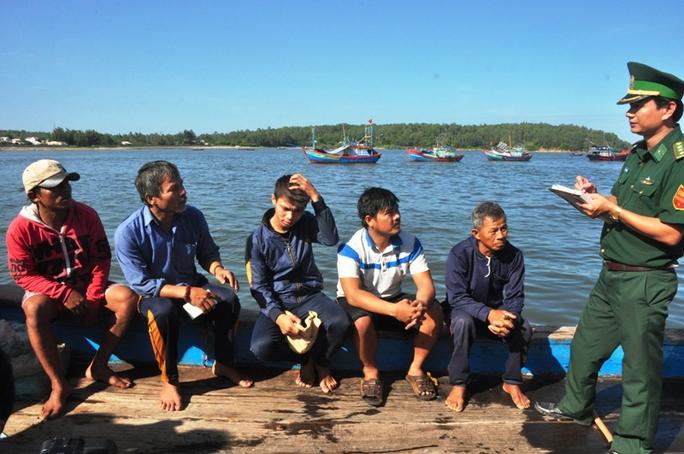 5 ngư dân trên tàu cá QNg 90479 TS bị tông chìm ở Hoàng Sa kể lại sự việc với cơ quan chức năng.