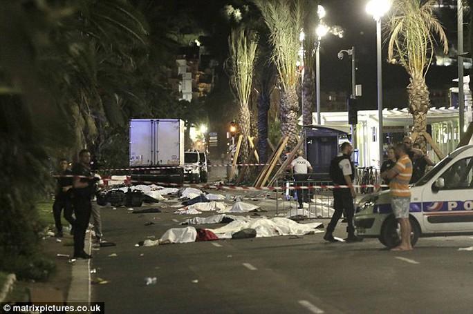 Thi thể các nạn nhân trên đường Promenade des Anglais. Ảnh: MATRIX PICTURES